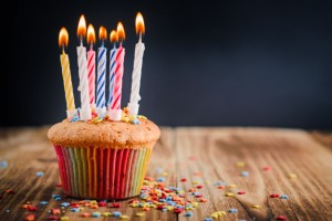 cupcake-with-festive-lighted-candles_77190-200